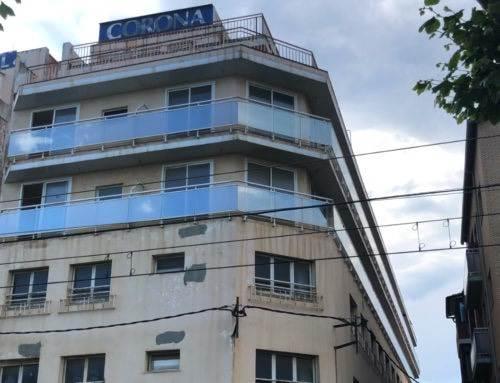 Les veïnes de l'hotel Corona denuncien que conviuen amb excrements i cadàvers de coloms