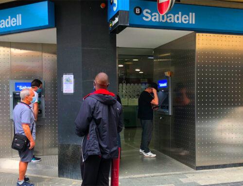 Els bancs, oberts però amb estrictes mesures de seguretat