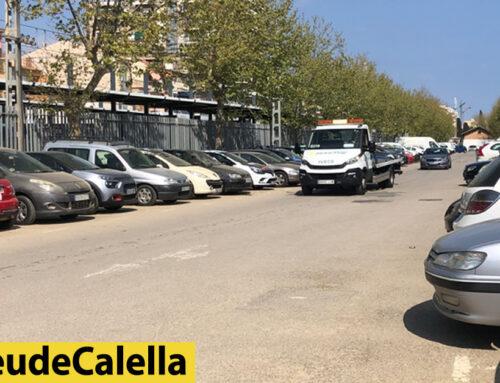 Cotxes donant voltes sense lloc per aparcar