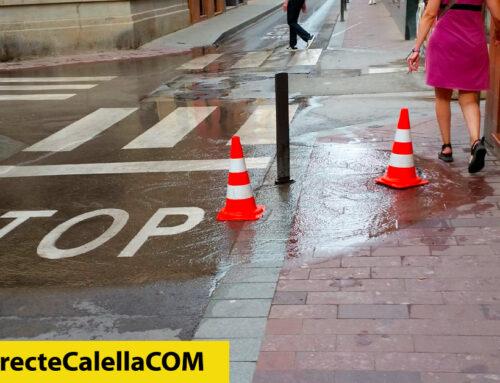Fuita d'aigua entre els carrers Bruguera i Sant Pere