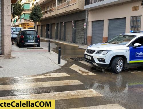 Fuita d'aigua potable al carrer Àngel Guimerà