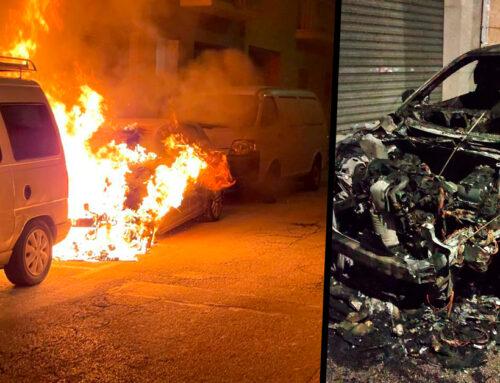 Un cotxe crema de matinada al carrer Sant Antoni